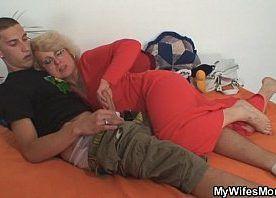Porno incesto mãe pega filho roubando e dá coça de buceta nele